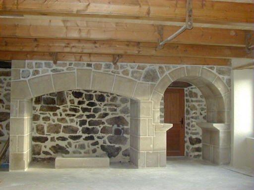 nous vous proposons des chemin es en pierre de taille en granit beige selon vos souhaits. Black Bedroom Furniture Sets. Home Design Ideas